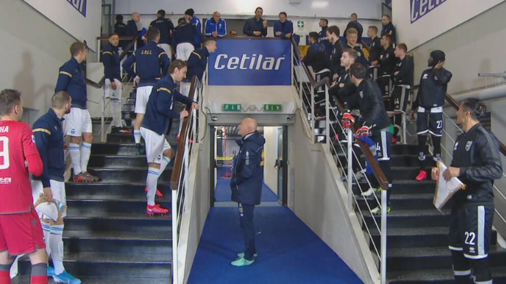 Spelarna fick vända på väg ut till planen.
