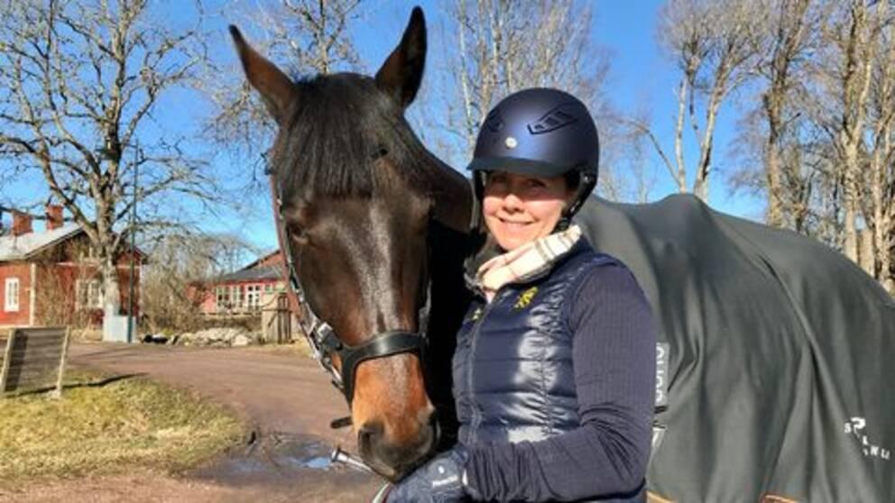 Forskaren och läraren Gabriella Torell Palmquist med hästen Ludde på Christinehamns ridklubb.