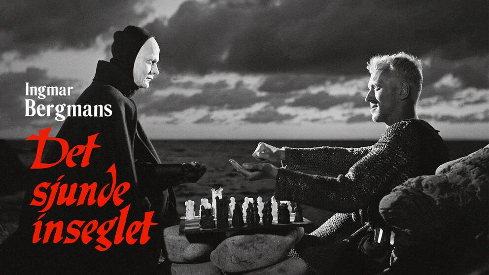 """En riddare (Max von Sydow) spelar schack med döden (Bengt Ekerot) i """"Det sjunde inseglet""""."""