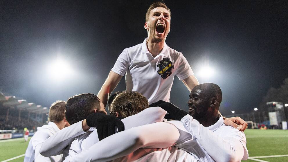 AIK:s Saku Ylätupa jublar med lagkamrater efter 2-0-målet.
