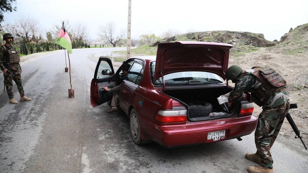soldater undersöker bil i Afghanistan