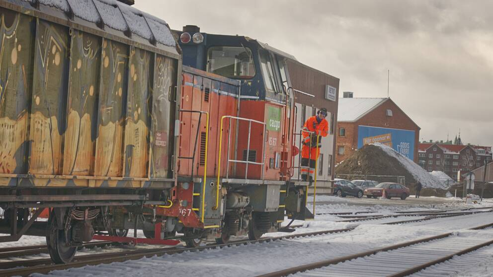 Godståg på järnvägen genom Brynäs.