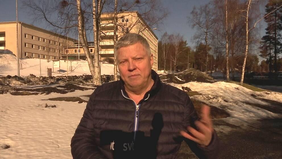 SVT:s reporter står i vårsolen utanför sjukhuset i Umeå