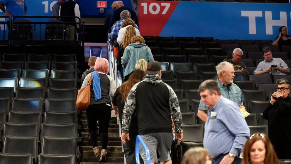 Basketfans lämnar Chesapeake Energy Arena efter beslutet att matchen mellan Utah och Oklahoma inte skulle spelas på grund av risk för spridning av coronaviruset.