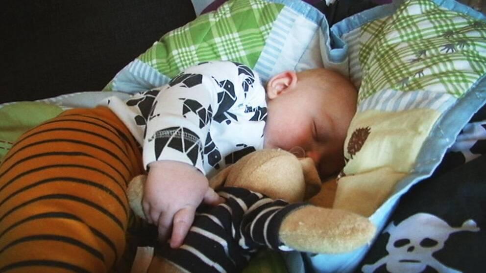 Vidar Svensson, 7 månader, tar en tupplur.