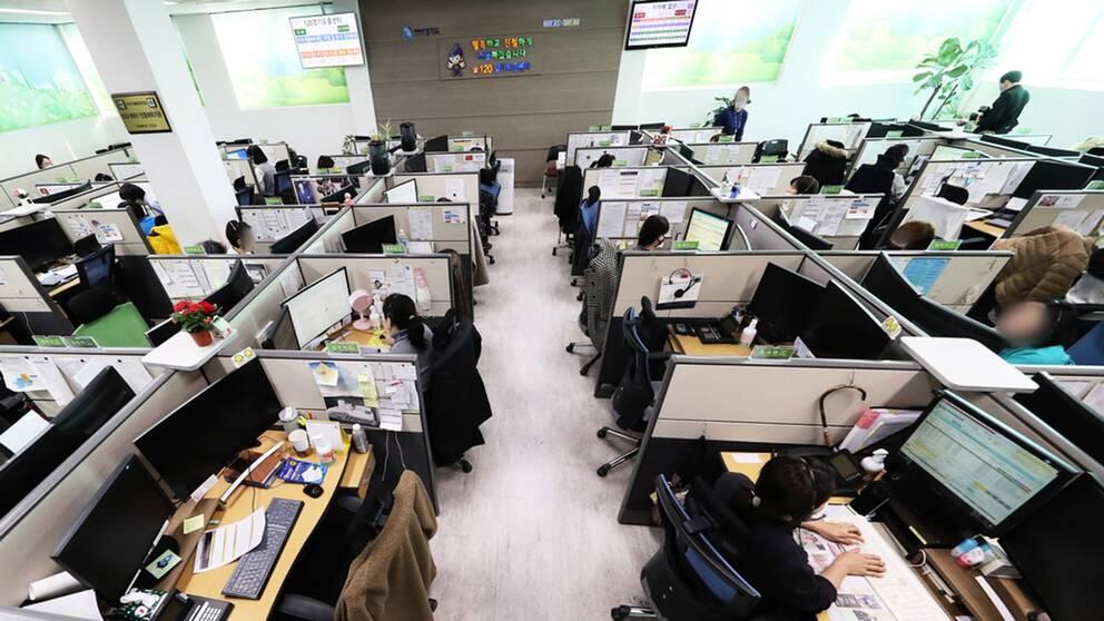 I ett callcenter i Sydkorea upptäcktes nyligen ett flertal smittade av coronaviruset. I Sydkorea har antalet nya fall minskat.