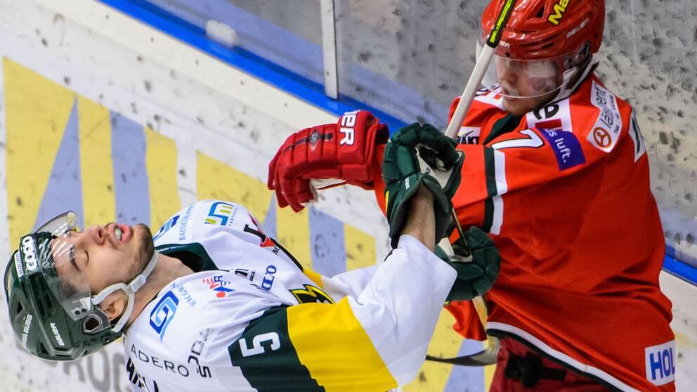 Björklövens Hardy Häman Aktell och Modos Tobias Åhström under ishockeymatchen i Hockeyallsvenska finalen mellan Modo och Björklöven den 12 mars 2020 i Örnsköldsvik.