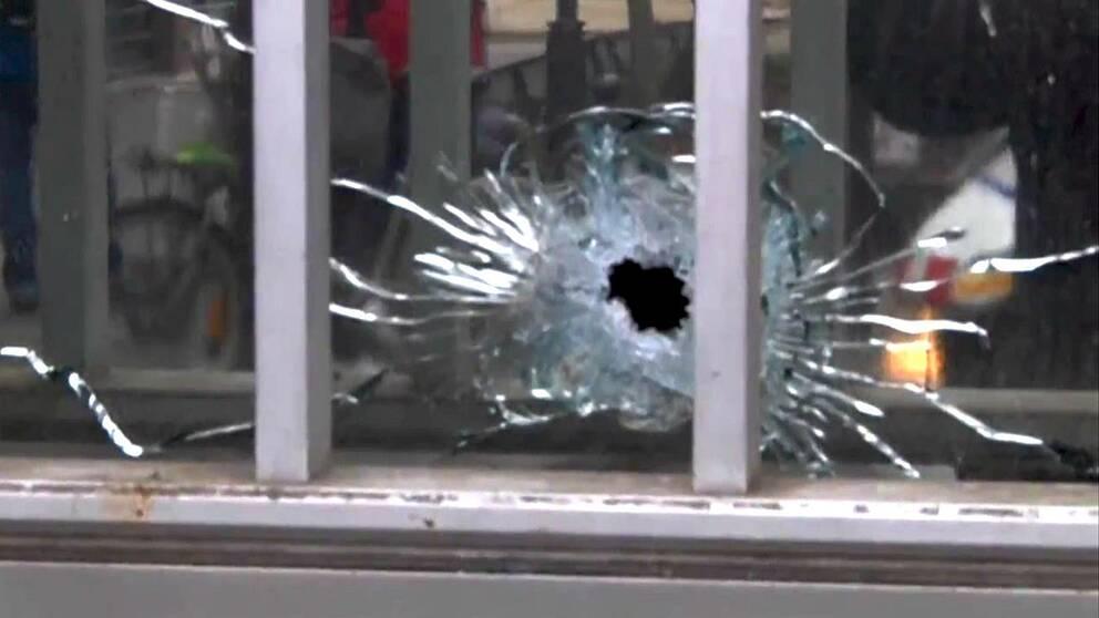 Skotthål i fönsterruta vid Charlie Hebdos redaktion.