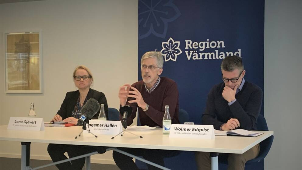 Tre personer på bilden vid ett bord med mikrofoner. Från vänster Lena Gjevert, Ingemar Hallén och Wolmer Edqvist.