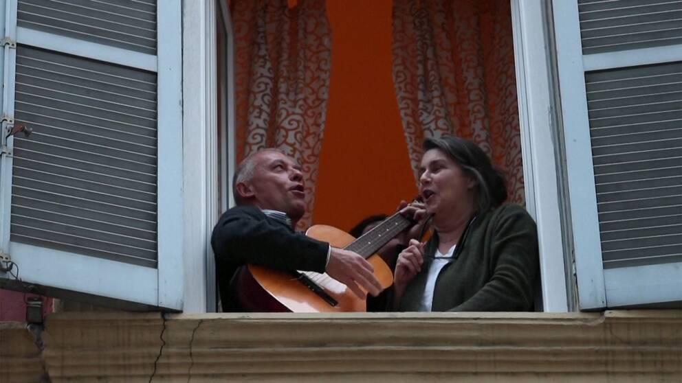 Hör boende i Italien hylla vårdpersonal och sjunga nationalsången