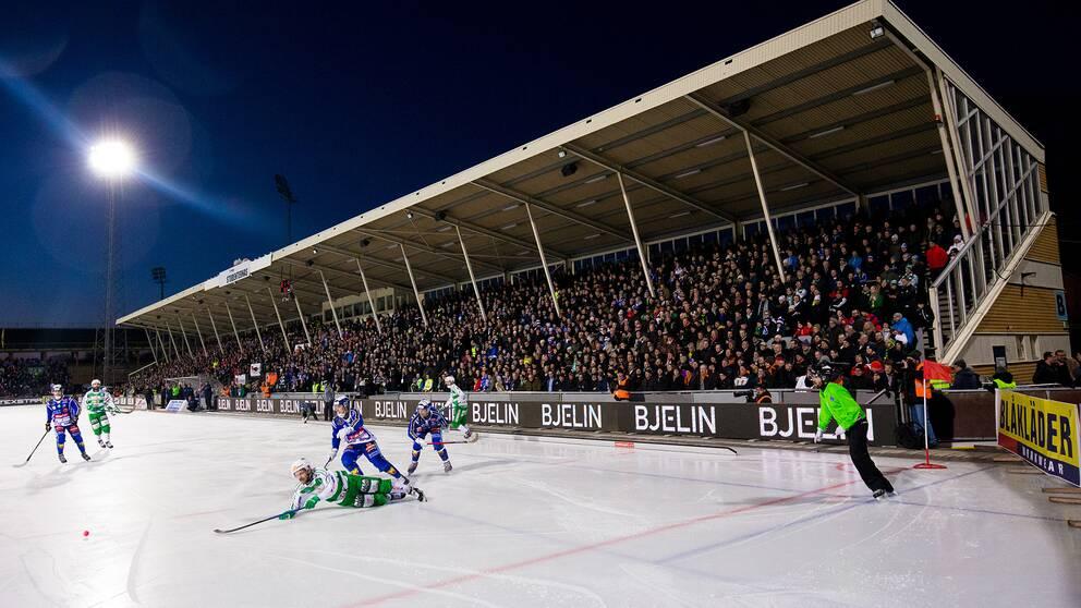 Vy över Studenternas IP med publik på huvudläkaren under SM-finalen i bandy mellan Villa Lidköping och Västerås i mars 2019.