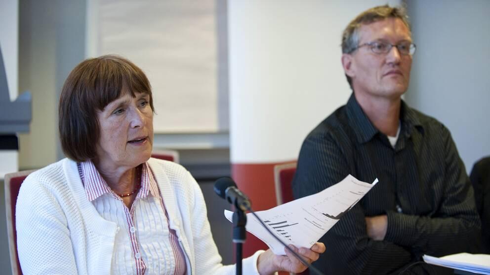 Före detta statsepidemiologen Annika Linde tillsammans med nuvarande statsepidemiolog Anders Tegnell under en pressträff 2009.