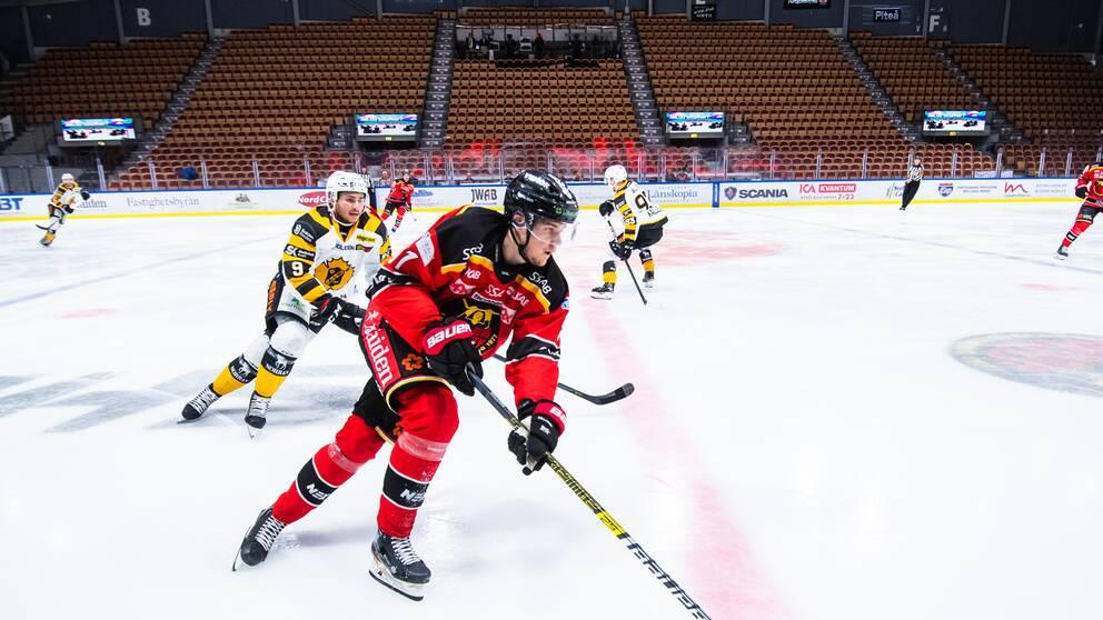 En SHL-match mellan Skellefteå och Luleå som spelas inför tomma läktare.