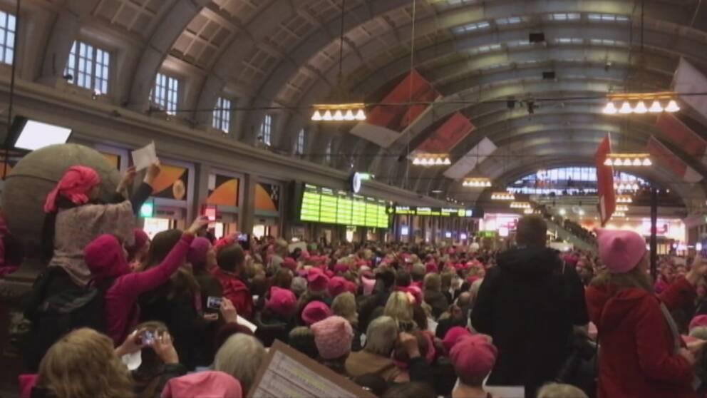 """Tusentals kvinnor i """"pussyhats"""" manifesterade på kvinnodagen 2017 på Stockholms central."""