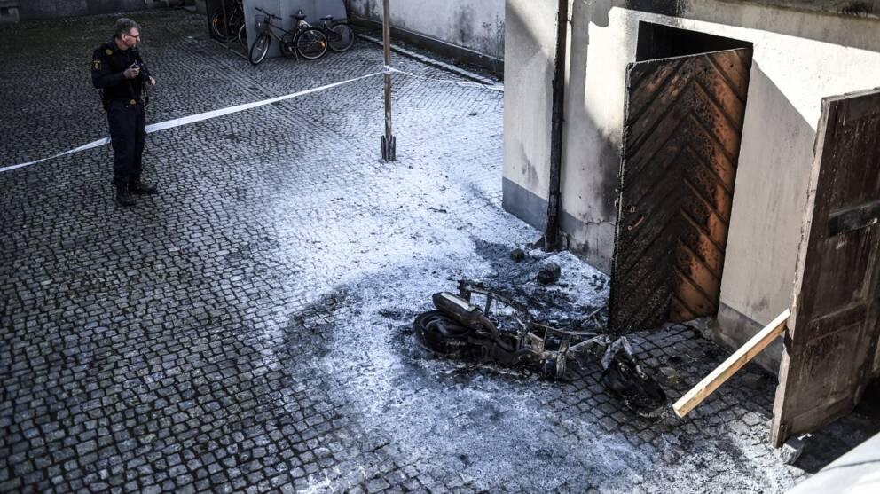 moped brann efter bankrån på bakgård