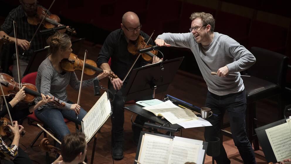Daniel Harding, chefsdirigent för Sveriges Radios symfoniorkester övar med orkestern i Berwaldhallen.