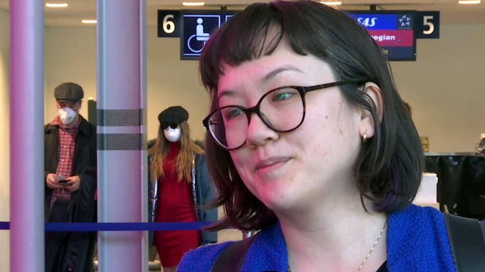 en ung kvinna inne på en flygplats