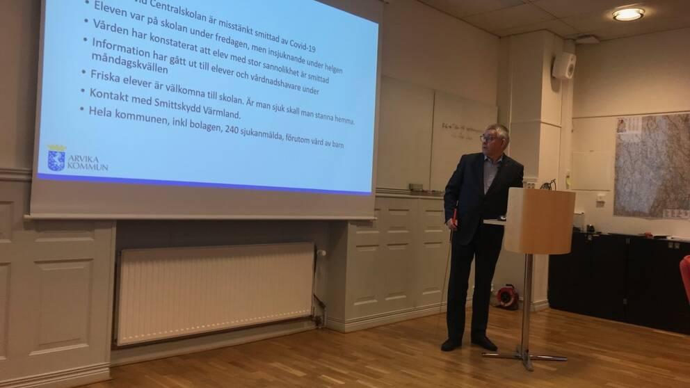 På en presskonferens berättade Hans Karlsson, kommundirektör i Arvika, att en elev på Centralskolan i Arvika med stor sannolikhet är smittad med coronaviruset.