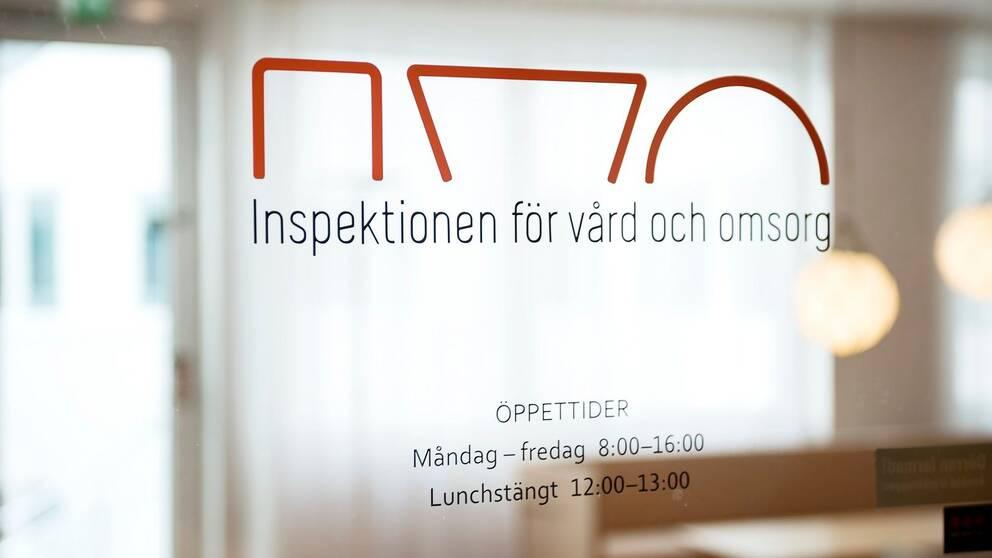 Bild på glasdörr med texten IVO – Inspektionen för vård och omsorg