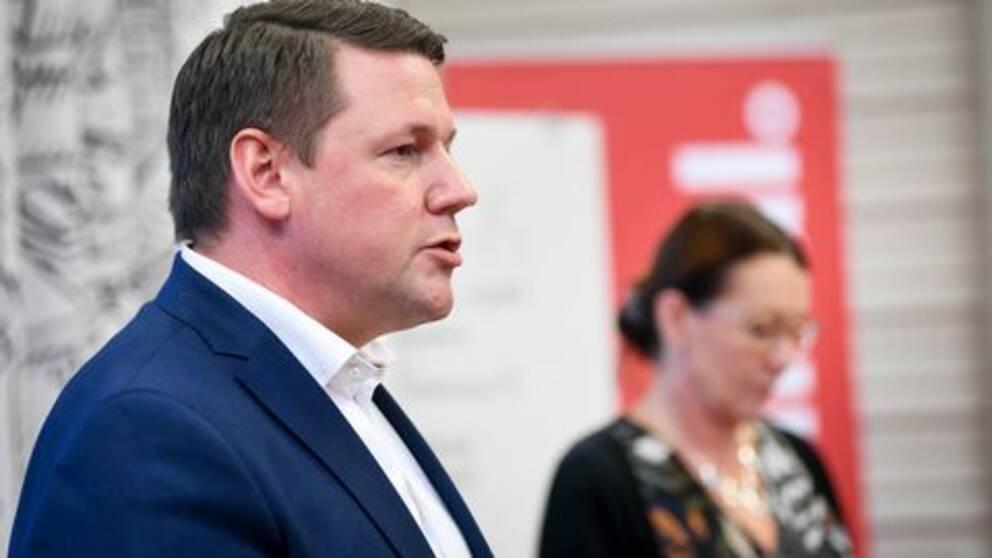 Kommunals ordförande Tobias Baudin vill skjuta upp avtalsförhandlingarna med anledning av coronaviruset.