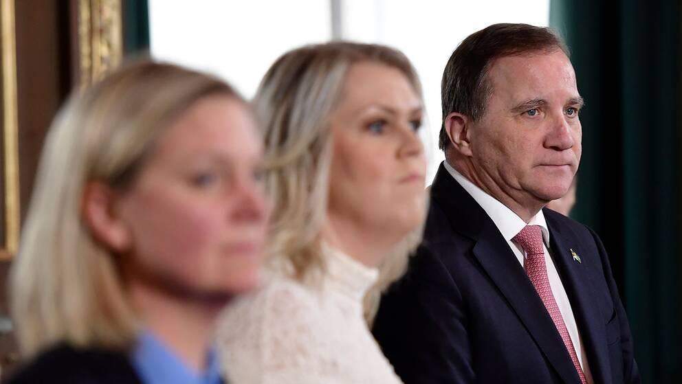 Finansminister Magdalena Andersson (S), socialminister Lena Hallengren (S) och statsminister Stefan Löfven (S) vid en extra informationskonselj med kung Carl Gustaf med anledning av coronaviruset den 18 mars 2020.