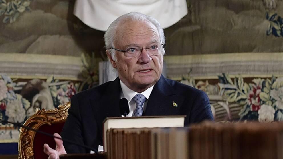 Kungen vid ändan av ett långt bord, till vänster i bild socialminister Lena Hallengren.