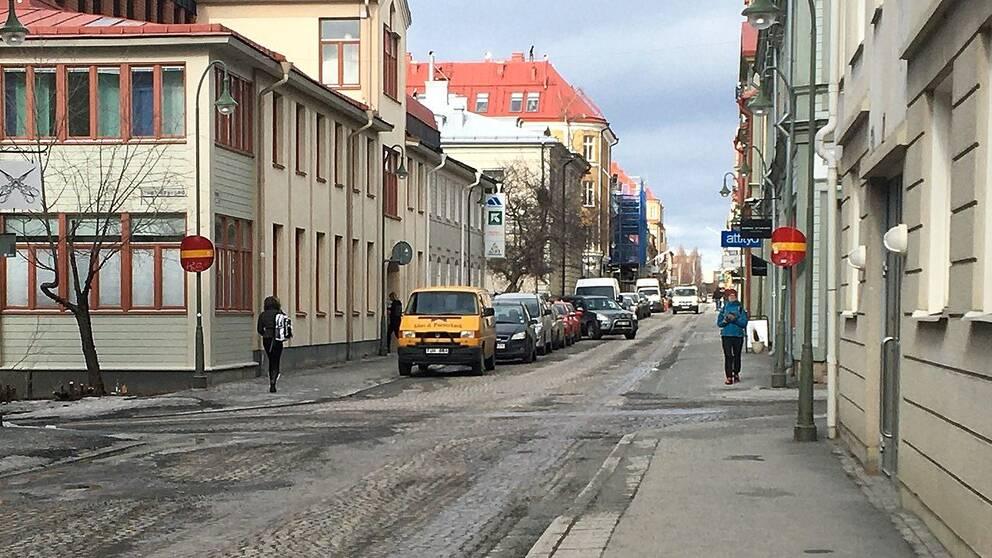 Vybild över Storgatan i Östersund. Bilar parkerade på vänster sida.
