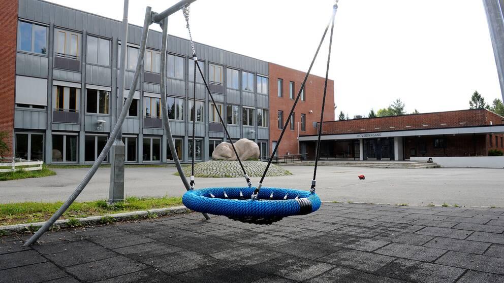 En gunga på en skolgård