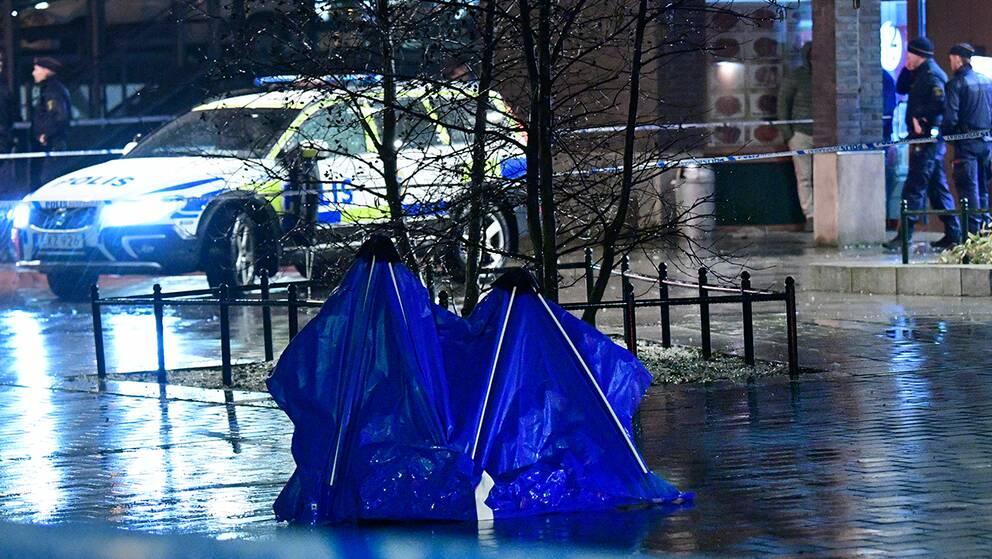 """""""Kriminella läser också nyheter"""", säger Christoffer Carlsson, kriminolog och expert i """"Veckans brott"""". På bilden till höger syns polisens kriminaltekniker i samband med skottlossning i Malmöstadsdelen Hyllie tidigare i mars."""