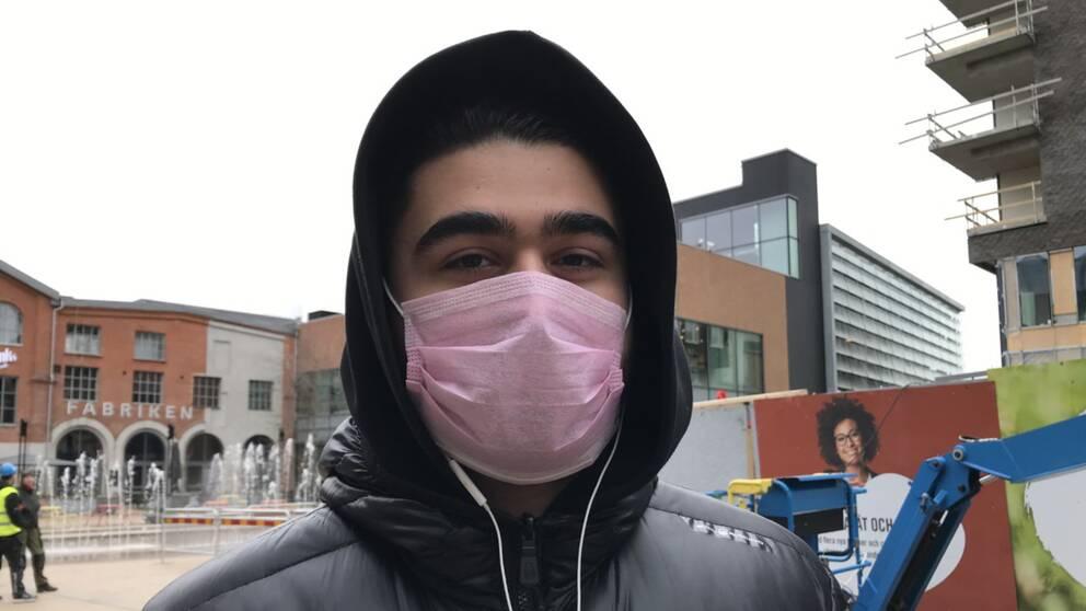 Porträttbild på Alexander Stankovic som bär munskydd.