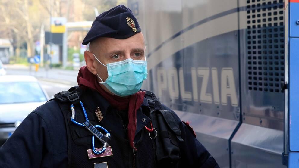 En trött polis bevakar Milanos gator.
