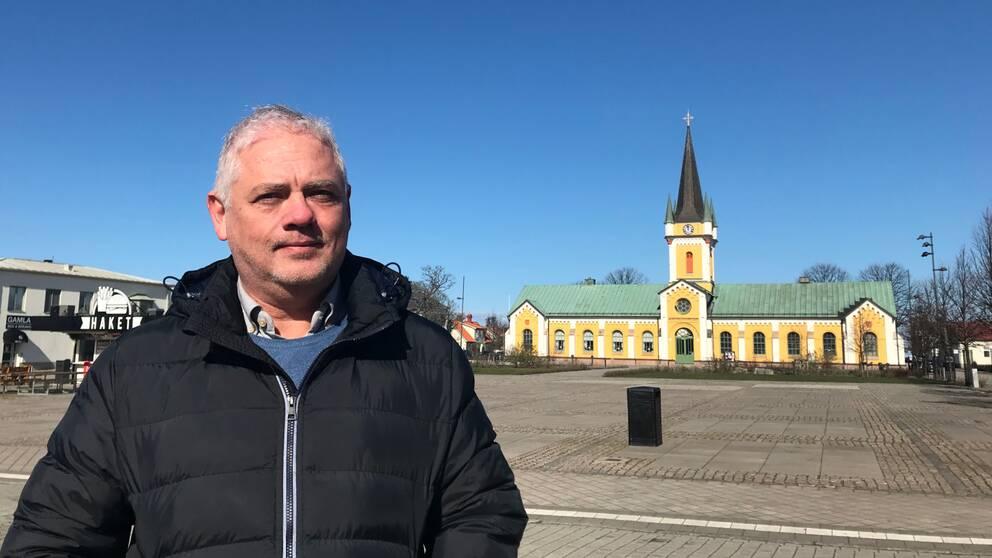 Jens Odevall står på torget i Borgholm med kyrkan i bakgrunden.