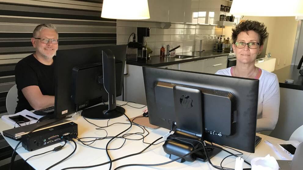 Köksbordet har blivit kontorsplats hemma hos Peter Berg och Charlotte Wistrand.