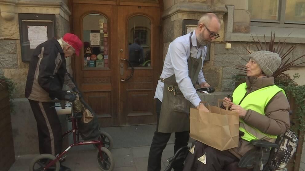 En krog i Vasastan säljer take away lunch för självkostnadspris till personer som är infektionskänsliga.