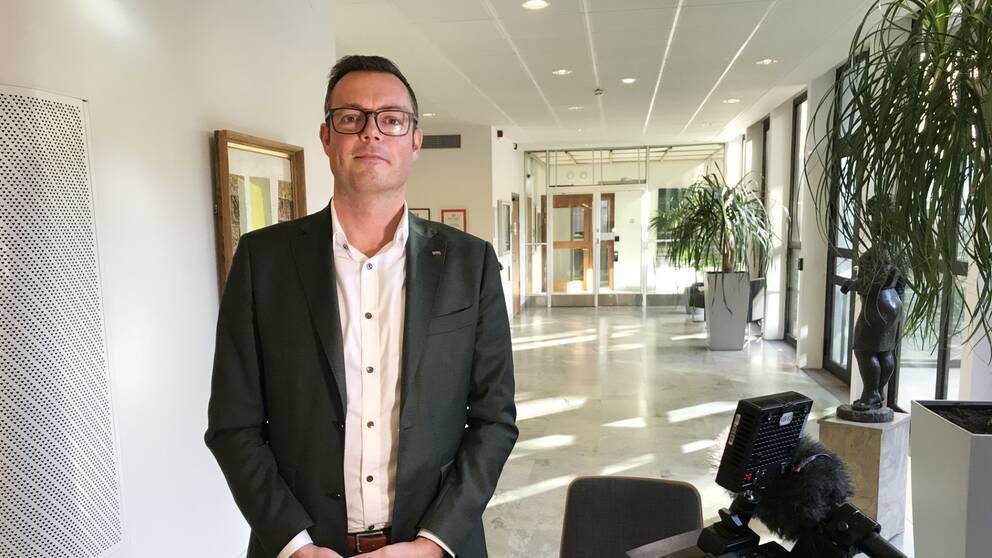 Asylsökande ska förlora sin dagersättning om de flyttar till Andersberg eller till västra Vallås, tycker kommunstyrelsens ordförande i Halmstad, Jonas Bergman (M).