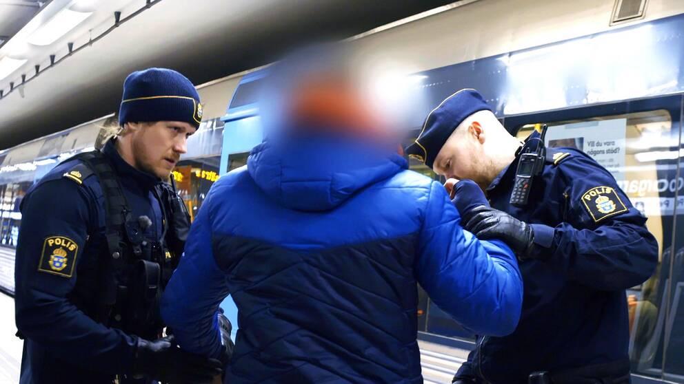 Två poliser i Stockholms tunnelbana.
