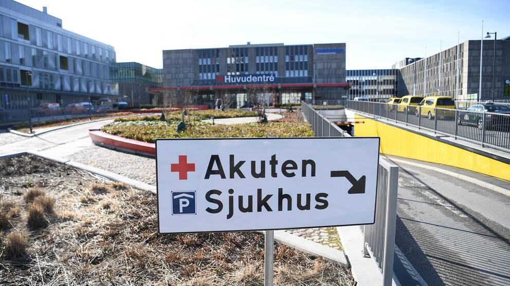 Huvudentrén vid Karolinska universitetssjukhuset i Huddinge.