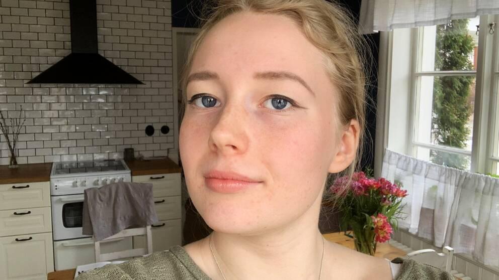 Porträttfoto på Mira Åslin i en inomhusmiljö.
