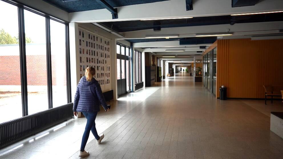SVT:s reporter vandar i en tom korridor