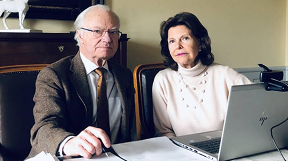 Kungaparet befinner sig på Stenhammars slott sedan en tid tillbaka, enligt kungahusets hemsida. De håller videokonferenser med hovets personal.