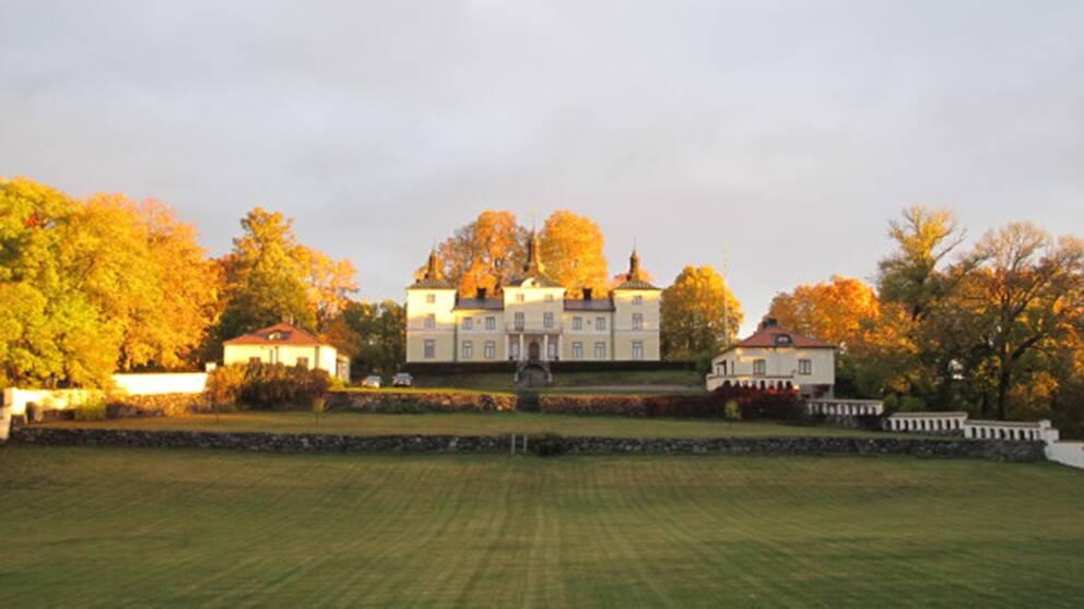 Stenhammars gods och slott utanför Flen i Sörmland ägs av staten och hyrs av kungen sedan 1965. Slottet renoverades 2013.