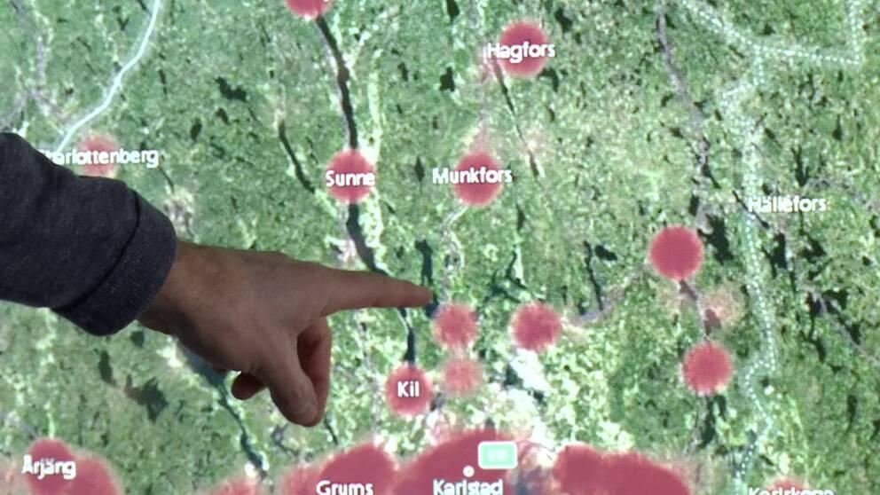 Hand pekar på en karta.