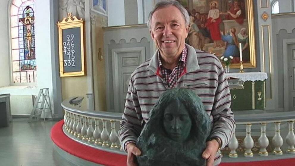 Jan Ottosson, kyrkorådets ordförande i Kyrkhult, är glad över att konstverket är tillbaka.