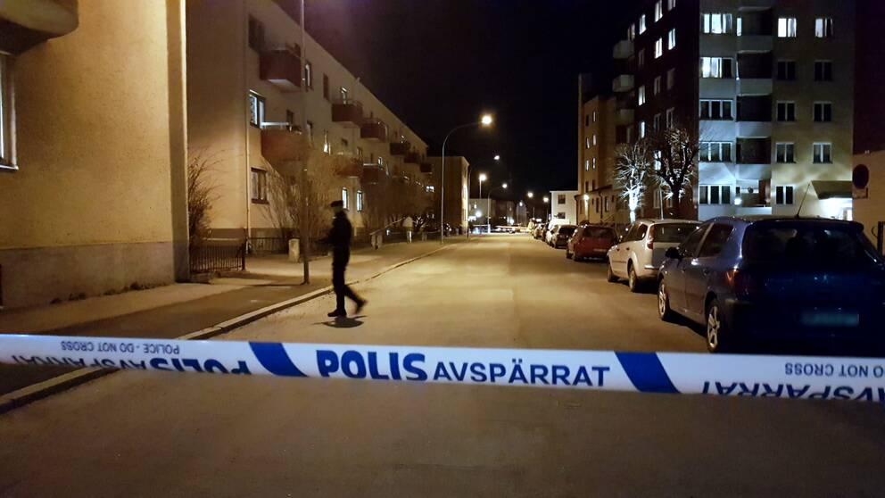 En man misshandlades till döds i Örebro på fredagen. Polisavspärrningar på platsen.