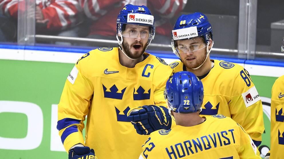Sveriges lagkapten Oliver Ekman-Larsson gratuleras efter sitt 8-0 mål i VM-matchen mot Österrike förra året.