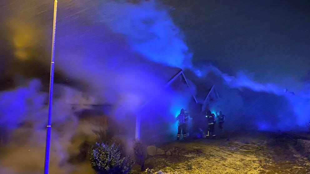 Lågorna slog ut ur byggnaden redan när räddningstjänsten kom fram till platsen.