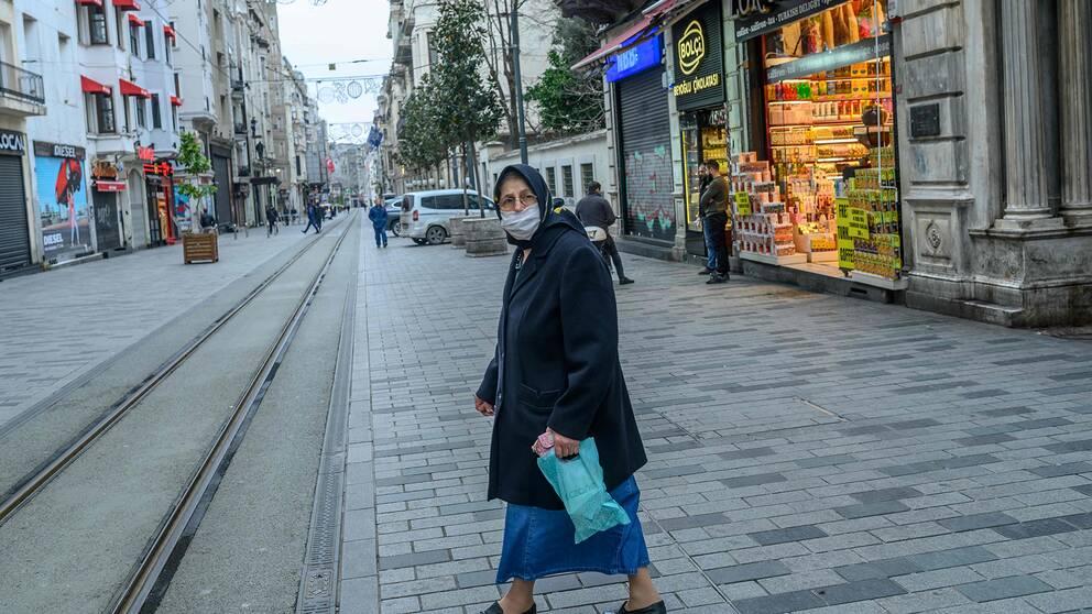 Kvinna på Istiklal-avenyn i Istanbul.
