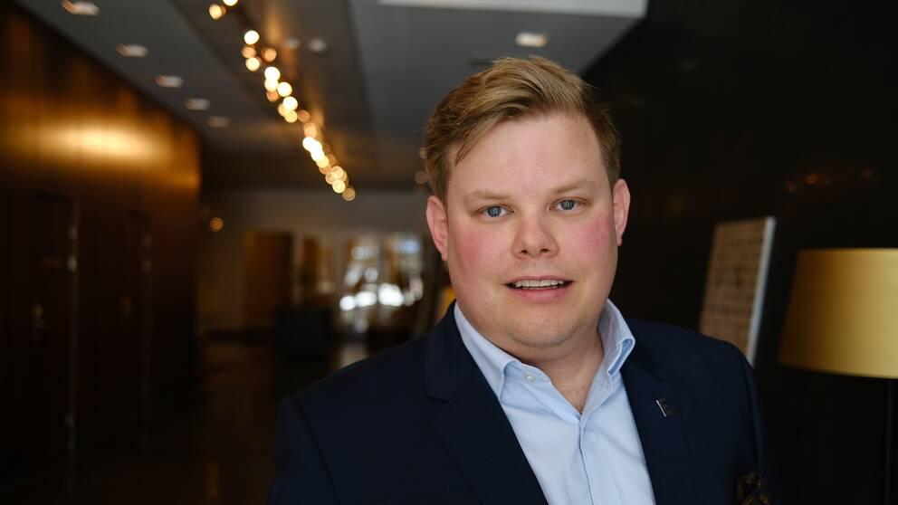 På bilden syns hotelldirektören Henric Carlsson i närbild.