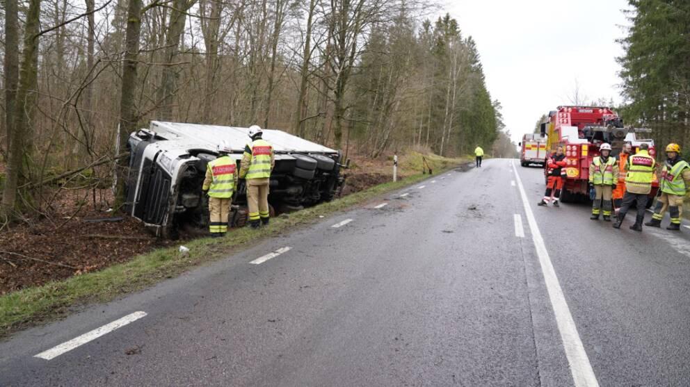 olycka lastbil i diket