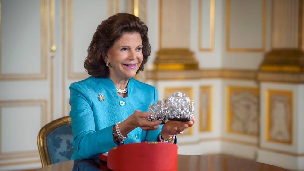 Drottning Silvia med kröningsdiademet från Brasilien.
